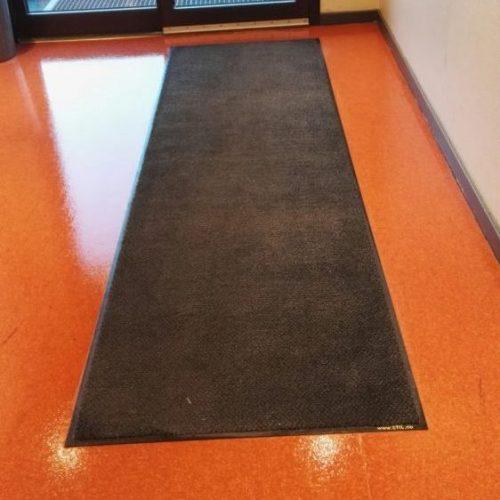 Matter som ligger på gulvet stopper sand og skitt